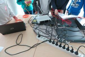 Zukunftstag 2019 bei BREKOM - Die Schülerinnen und Schüler lernen das Innere eines Computers näher kennen.