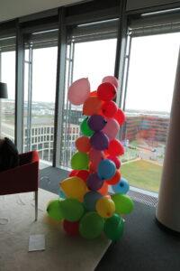 Zukunftstag 2019 bei BREKOM - Mit Klebeband und Bindfaden bauen die Schülerinnen und Schüler im Team erfolgreich einen Turm aus Luftballons.