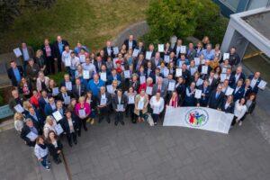 Gruppenbild der 2019 als familienfreundlich ausgezeichneten Unternehmen im Kreis Paderborn (Bild: Timo Gliem)